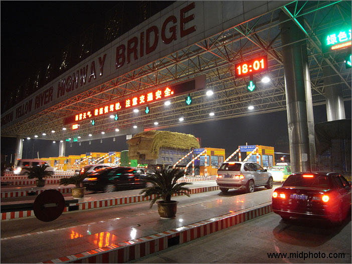 漂亮的郑州黄河大桥收费站。图片编号:R0016531 目前仍在收费的郑州黄河公路大桥收费站被国家审计署公告指明超期违规收费。国家审计署对其定性为:还清贷款后继续违规收费。审计署公告指出:河南省郑州黄河大桥总投资1.78亿元,银行贷款7100万元,1996年已用收费还清了全部银行贷款后,违规继续收费14.